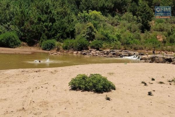 Très rare ,  à vendre terrain de 1400 m2 pieds dans l'eau à Ivato