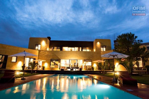 A vendre, magnifique villa F5 d'exception sur un terrain arborisé de 1 185m2, pied dans l'eau, Ivandry proche de l'école Française D