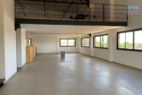 A louer un grand immeuble à 3 étages idéal pour bureau ou autre activité commercial situé au bord de route d'analamahitsy