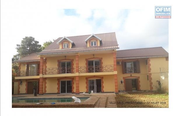 A louer une villa F7 avec piscine et jardin à Ivandry
