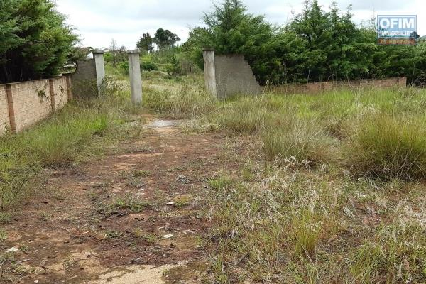 Terrain de 6041 m2 prêt à bâtir, avec une très belle vue, à 10 min d'Ambatobe dans le quartier de Manandona Ilafy
