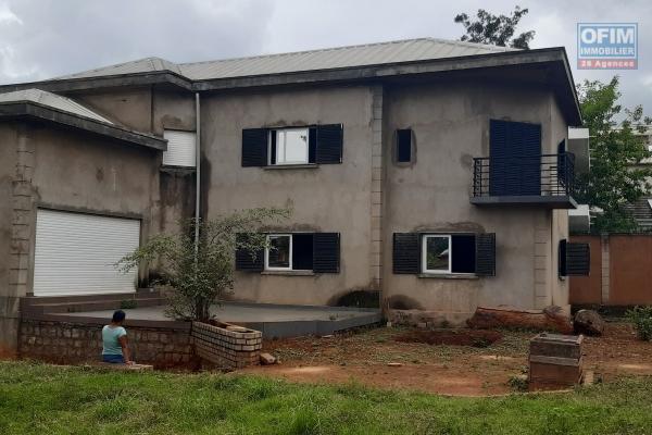 a vendre grande villa F7 de standing avec 450 m2 de surface habitable sur terrain de 1057M2 à ambohibao