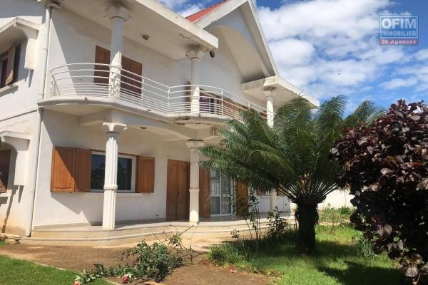 OFIM offre à la vente une somptueuse villa contemporaine type F6 sur un terrain de 1 615m2 sur les hauteurs d'Ambohimalaza