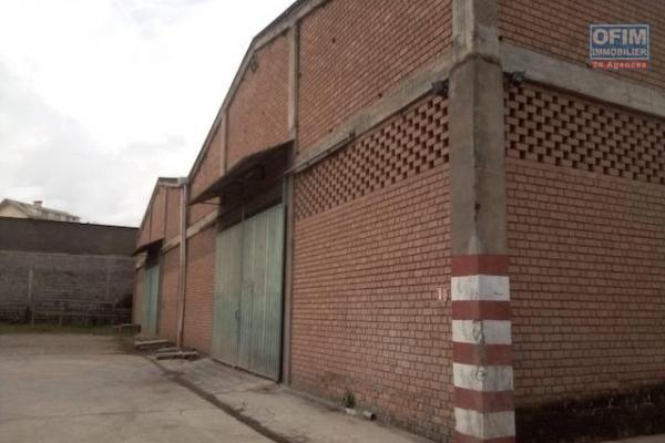 A louer un entrepôt de 2214 m2 dans un endroit sécurisé et facile d'accès à ambohibao