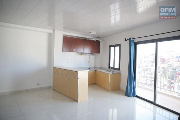 Location appartement neuf T4 dans un immeuble sécurisé avec parking à Behoririka
