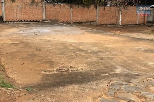 Grand terrain au bord de route d'Ambohipo de 10 964 m2 à vendre