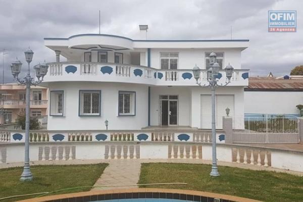 """OFIM vous offre en location une villa de type F8 avec jardin dans une résidence calme et sécurisé 24/24 à 1minutes de l'école française B """"Les Charmilles"""" Ivandry."""