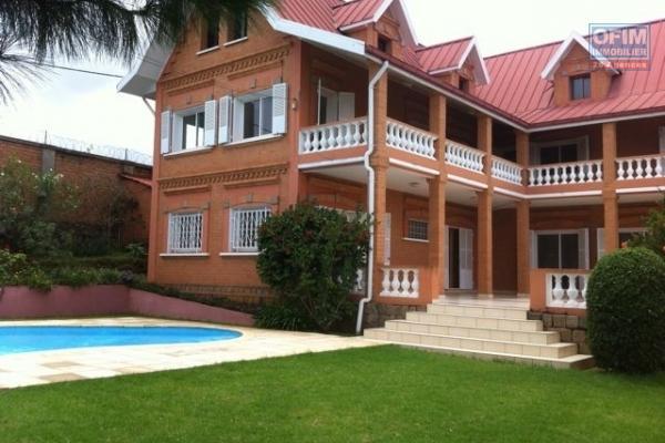 Une villa F6 avec piscine à Ambatobe
