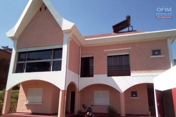OFIM Immobilier met en location une charmante villa semi meublé à étage de 370m2 sur un terrain avec jardin gazonné et arboré de 1500m2  à Itaosy, quartier facile d'accès et très calme