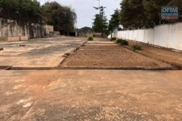 A vendre très beau terrain viabilisé  JIRAMA / clôturé / plât / prêt à bâtir  de 2300 m2 à Ivato