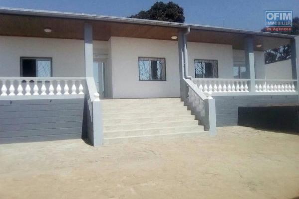 A louer une jolie villa F5 complètement rénovée dans un endroit calme se trouvant à 3 minutes de Shoprite Talatamaty