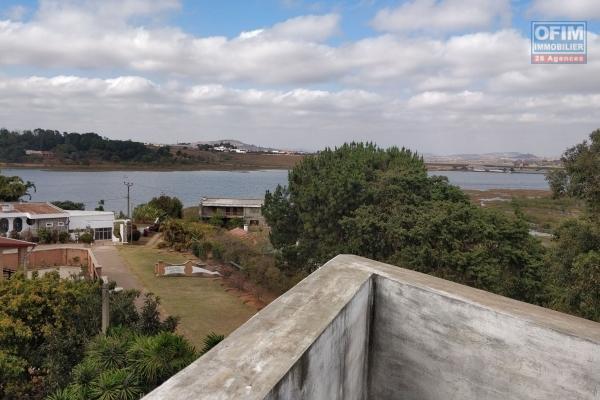 A vendre villa F5, une très bonne affaire à saisir en bord de route principale à Ambohibao.