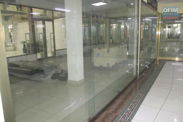 Location local commercial ou professionnel dans un centre commercial situé à 7mn du centre ville