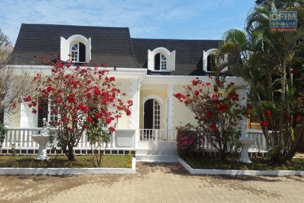 À louer une splendide villa non meublée à étage de type F6 dans un quartier résidentiel à Ambatoroka et à 10 minutes du centre ville
