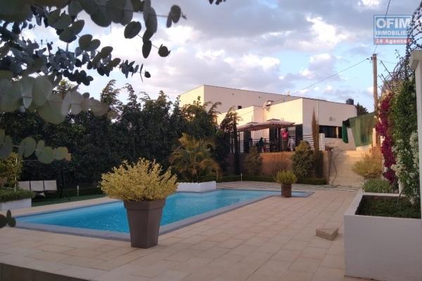 Une villa F6 meublée avec piscine à 10mn de l'école Peter Pan Alasora