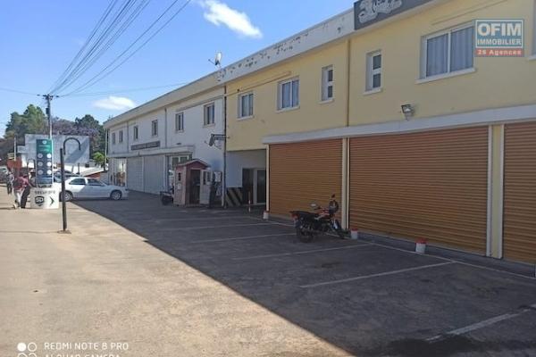 A louer un local meublé pour usage commercial ou professionnel de 780 m2 sur deux niveaux sur la grande axe d'Ivato