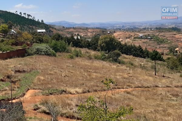 Terrain de 1Ha, clôturé, en bord de route principale avec une très belle vue à Anjomakely- Antananarivo