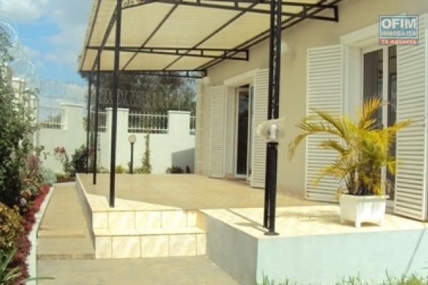 OFIM met en location une coquette villa basse F4 à Ambohipanja Ilafy, quartier résidentiel et sécurisé.