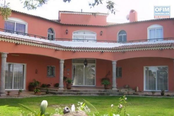 Magnifique villa F5 de style méditerranéen dans une grande propriété de 3 800 m2 sur la Haute ville Ambohipotsy- Antananarivo