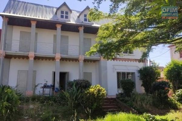 OFIM met en location une villa de style traditionnelle F5 à étage avec jardin au bord de route de Faravohitra.