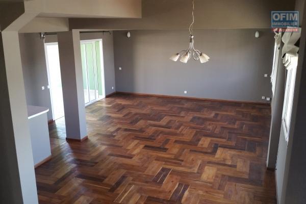 À louer un appartement en duplex à usage mixte ou habitation  de type F4 sécurisé et facile d'accès bord de route principale à Ambohibao et à proximité de toutes les commodités
