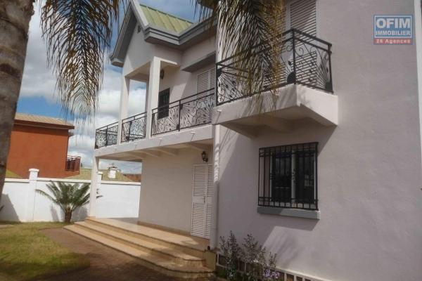 À louer une villa à étage de type F6 dans un endroit apaisant, facile d'accès et à 5 minutes de l'aéroport international Ivato