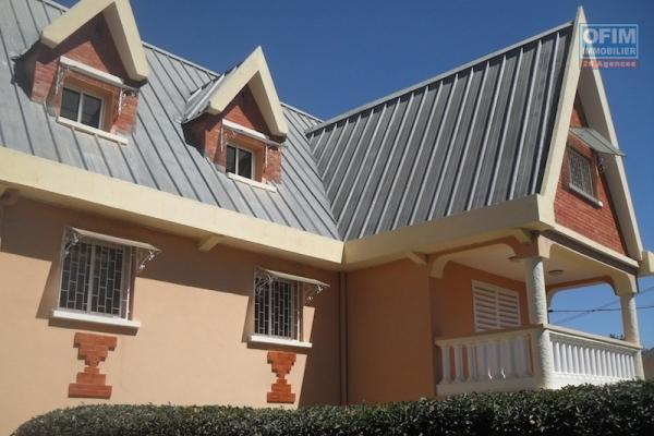 A louer une grande villa F8 pour usage d'habitation ou mixte dans un quartier calme à Ambohibao