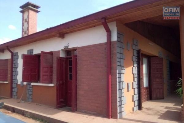A louer une grande villa plain pied F5 dans une résidence facile d'accès à Antanetibe Ivato