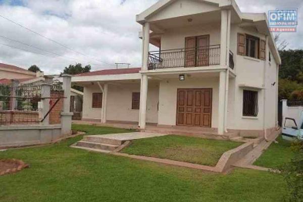A louer une modeste villa à étage de type F5 à 5 mn de l'aéroport Ivato sis à Antanetibe
