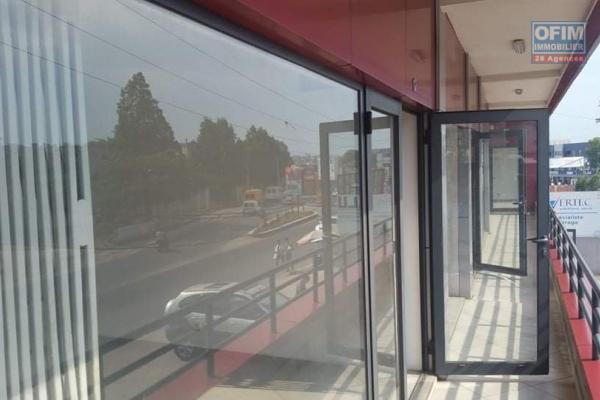 A louer un local pour un bureau dans un immeuble récent et bien situé à Ambohibao