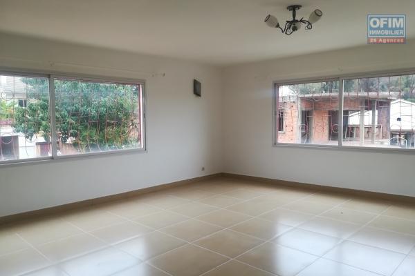 Un grand appartement T4 à 5mn à pied du Lycée à Ambatobe