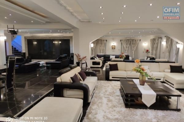 Propriété de 2840 m2 dont une villa à étage avec piscine et un immeuble à usage professionnel à Andoharanofotsy -Antananarivo