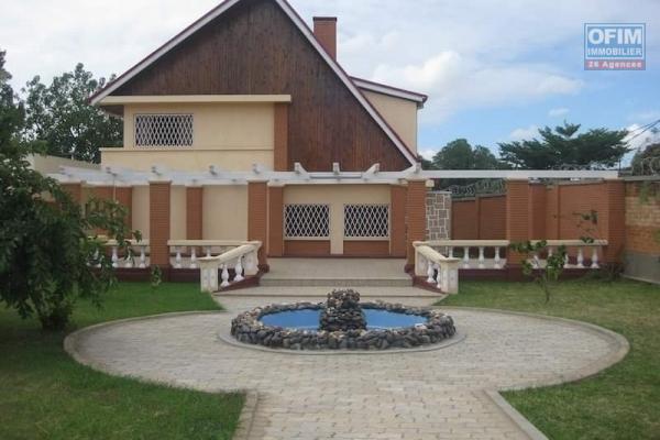 À louer une immense villa à étage de type F7 bâtie sur un terrain de 2 000 m2 dans un quartier résidentiel de Faralaza Talatamaty non loin de l'école primaire française Claire Fontaine