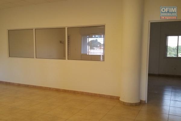 louer un local professionnel de 105 m2 au rez-de-chaussée d'un bâtiment de R+3 bord de route principale et à 5 mn de l'aéroport Ivato