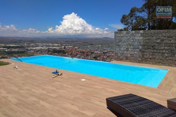 location appartements de type  T5 neufs de 208 avec piscine à débordement, salle de sport et splendide  vue, à 10mn de l'ambassade de France  sur haute ville