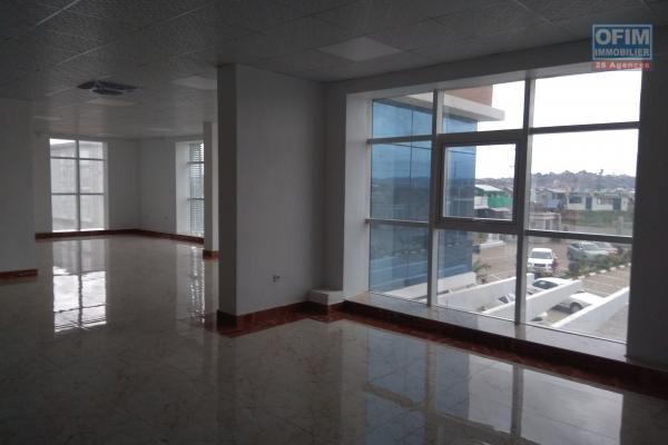 Local neuf de 1600m2 dans une résidence  sécurisée  avec un grand parking à Anosizato