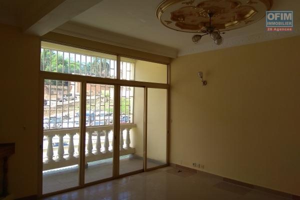 Location d'un  appartement T5 à usage mixte avec parking à Behoririka