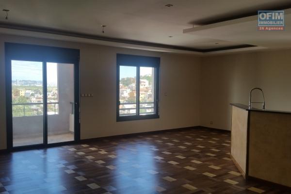 À louer un appartement de standing type F3 sécurisé et facile d'accès avec parking et piscine couverte chauffée sis à Ambatolampy Ambohibao, à 5mn de l'école primaire C française
