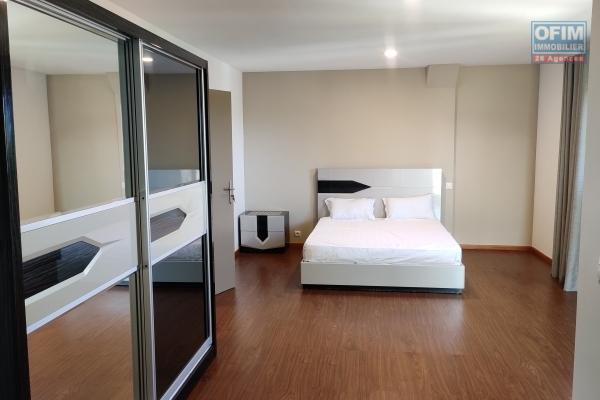 OFIM offre en location un appartement entièrement meublé et équipé à Ivandry au bord de toute dans une résidence surveillée 24/24