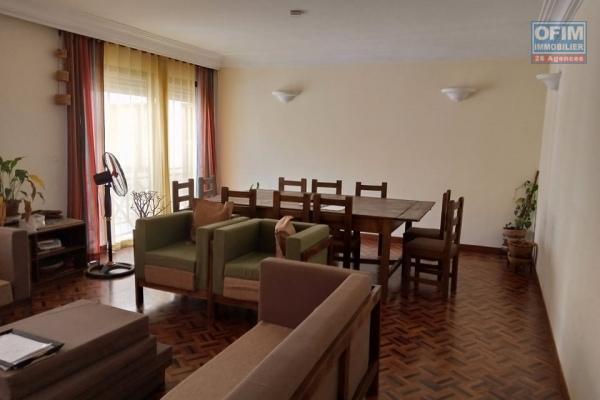 Un appartement T4 non meublé  avec parking en plein centre ville à ampasamadinika