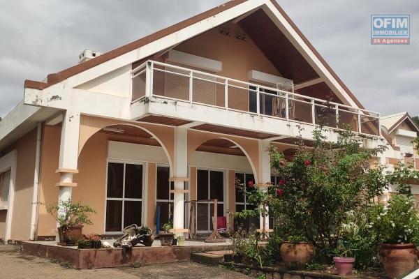 OFIM immobilier vous offre une villa à étage F9 avec jardin à louer dans une résidence sécurisée 24/24 à Ambatobe