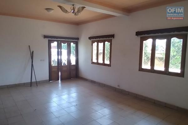 Un appartement T4 au RDC à Ambatomaro Antsobolo