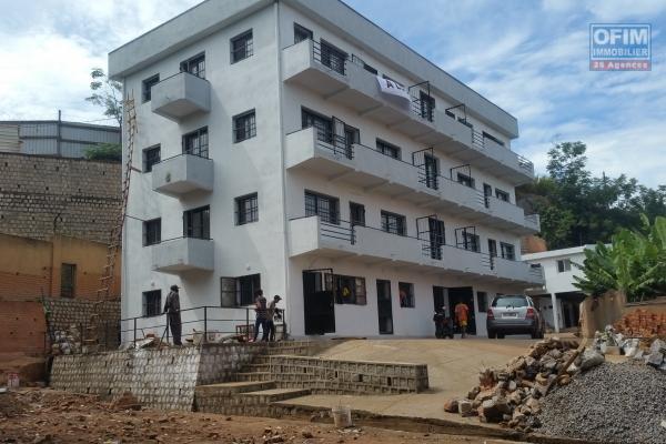 À louer des locaux idéal pour bureau bord de route principale sur la digue non loin de l'ambassade Américain sis à Ambodihady