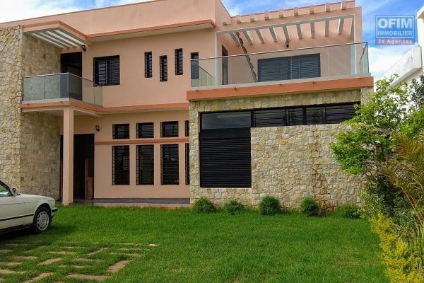 Location spacieuse villa neuve F6 avec jardin dans un quartier calme à Ambohibao Ambohijanahary