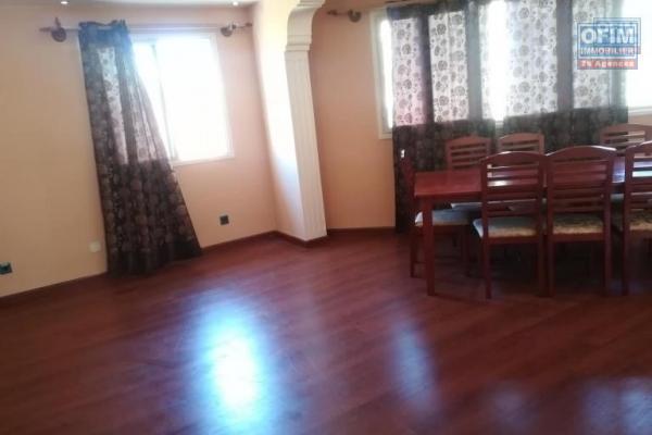 OFIM met en location un appartement T4 à Ampasamadinika au 3eme étage d'un bâtiment au bord de route