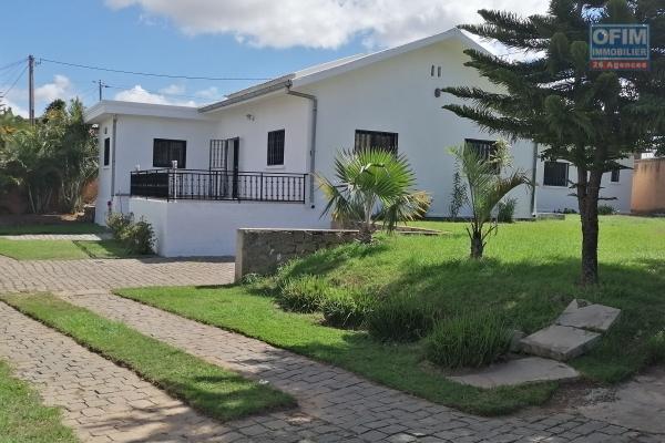 À louer une jolie villa basse de type F4 dans un quartier résidentiel avec accès facile bord de route principale non loin de l'école française primaire C et à 10 minutes de l'aéroport, sis à Ambohijanahary Ambohibao