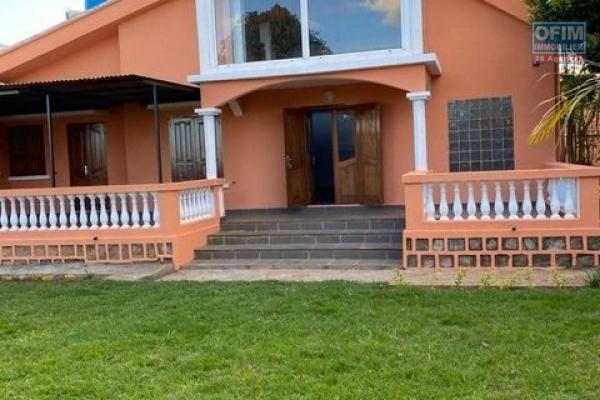 OFIM loue une charmante petite villa F4 avec jardin, parking,garage et dépendance gardien à Ambohibao Andranoro