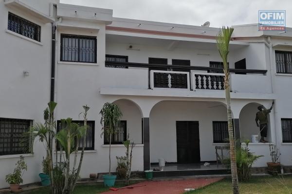 À louer une villa à étage de type F5 dans un quartier résidentiel et à 5mn de l'école primaire C française et l'aéroport Ivato sis à Ankadindravola
