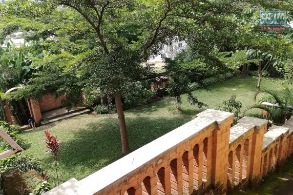 grande villa f4, bâtie sur deux niveaux sur un terrain de 1571 m2 - manjaka ilafy