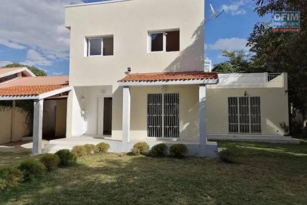 A louer une villa à étage F4 dans une résidence sécurisée proche de l'école primaire C à Ambohibao